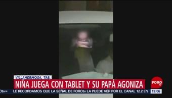 Foto: Niña juega con su tablet mientras matan a su papá