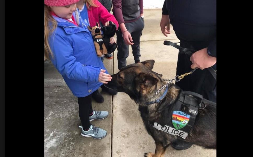 Foto: Una niña con cáncer cerebral que ama a los perros es visitada por casi 30 agentes caninos del Departamento de Policía de Wisconsin, marzo 11 de 2019 (Foto: foxnews)