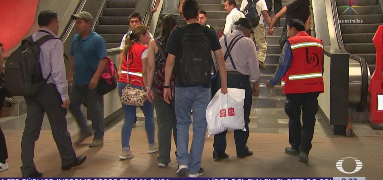 Personal del STC Metro ayuda a usuarios en escaleras fijas