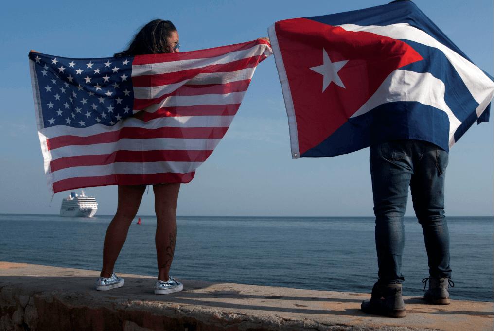 Foto: Personas sostienen banderas de EU y Cuba en La Habana, 2 de mayo de 2016, Cuba