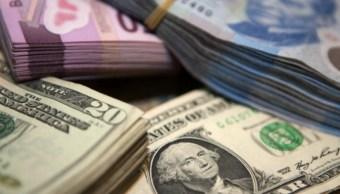 Foto: Pesos mexicanos y billetes de dólares estadounidenses se organizan para una fotografía en la Ciudad de México, marzo 4 de 2019 (Getty Images)
