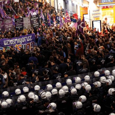 Policía dispersa con gas marcha por Día de la Mujer en Turquía