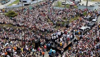 Foto: La gente se reúne donde acudió Juan Guaidó para sumarse a la protesta contra el colapso de los servicios básicos en Venezuela, marzo 30 de 2019 (Reuters)