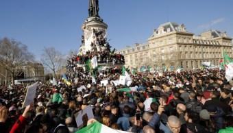 Foto: Manifestantes sostienen banderas argelinas cuando asisten a una manifestación contra el presidente Abdelaziz Bouteflika, marzo 10 de 2019 (Reuters)