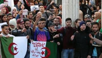 Foto: Estudiantes universitarios argelinos protestan dentro del campus contra el quinto mandato del presidente Abdelaziz Buteflika, Argelia, 3 de marzo de 2019 (EFE)
