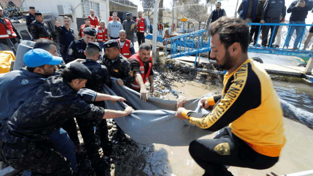 Foto: Rescate de cuerpos tras naufragio de ferry en Irak, 22 de marzo de 2019