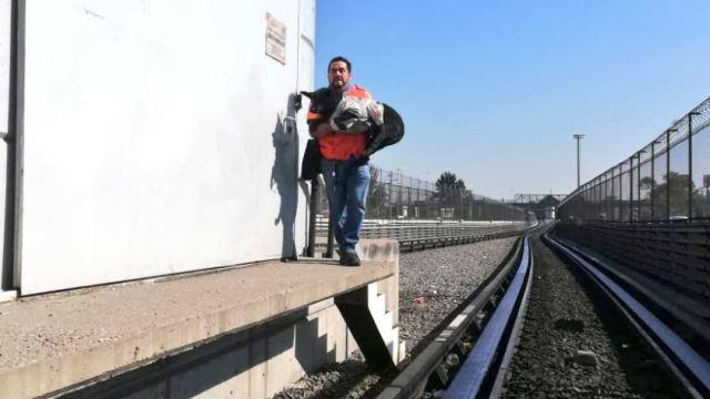 Foto: Rescatan a perro en las vías de la estación del Metro Impulsora, 22 marzo 2019
