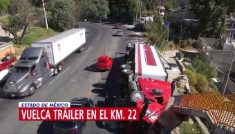 Tráiler sufre volcadura en la carretera Naucalpan-Toluca