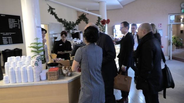 Una cafetería dentro del parlamento sueco cobra a los diputados, quienes deben pagar por su comida y café (GettyImages)