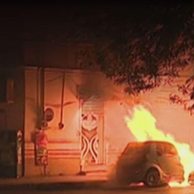 Incendian tres autos afuera de tienda en Monterrey, Nuevo León