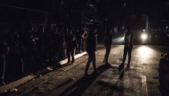 Foto: Habitantes del barrio de Chacaito esperan el autobús durante un apagón en Caracas, 8 marzo 2019