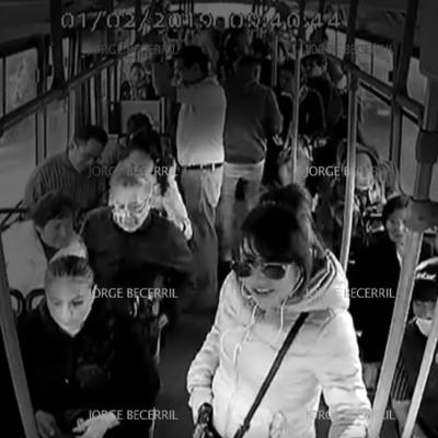VIDEO: Mujer lidera asalto en transporte público en CDMX