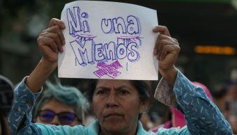 Foto:Una señora levanta una pancarta para protestar contra la violencia hacia las mujeres, 6 marzo 2019