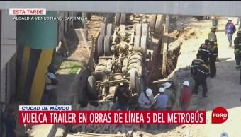 Foto: Vuelca tráiler en zona de obras del Metrobús