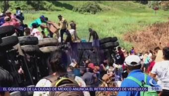 Vuelca tráiler y pobladores realizan rapiña en Macuspana, Tabasco