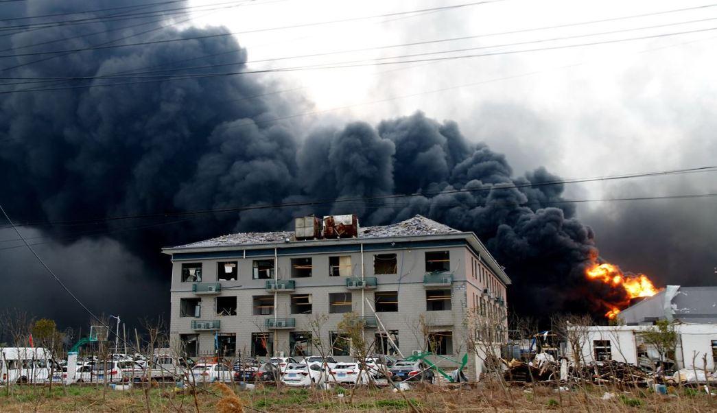 Foto: Sale humo de un polígono industrial químico tras la explosión registrada en la ciudad de Yancheng, 22 marzo 2019