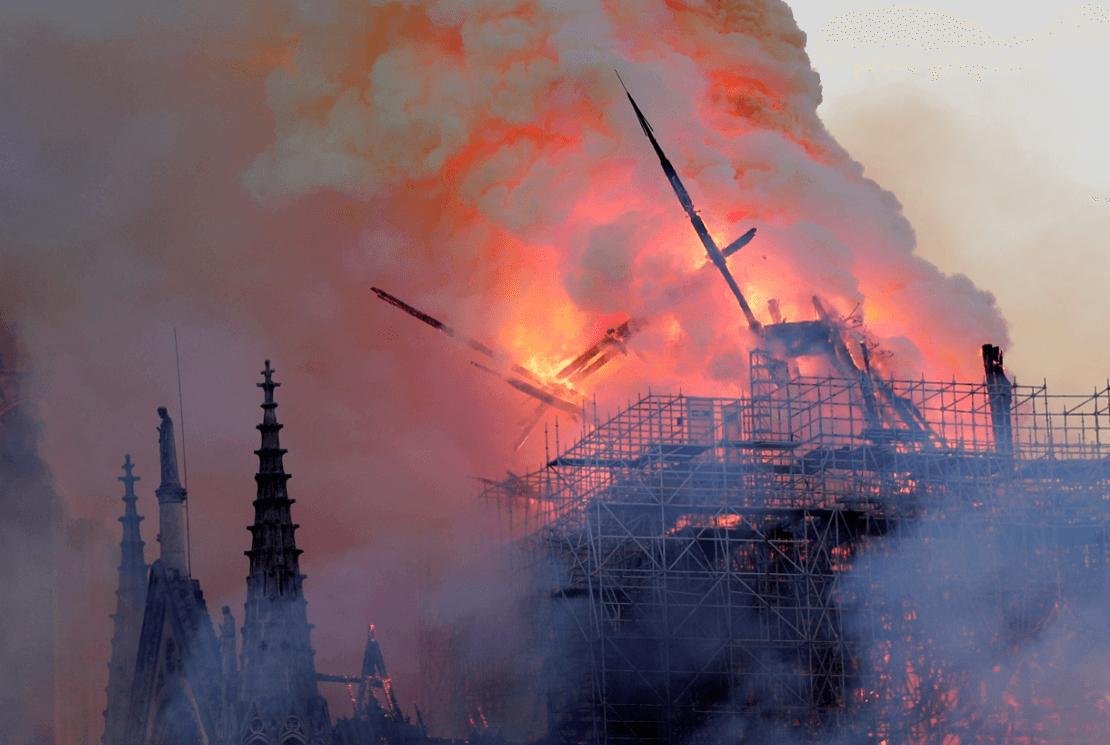 Foto: Cae aguja de catedral de Notre Dame, 15 de abril de 2019, París, Francia