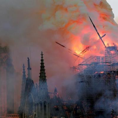 Cae la aguja central de la catedral de Notre Dame tras incendio
