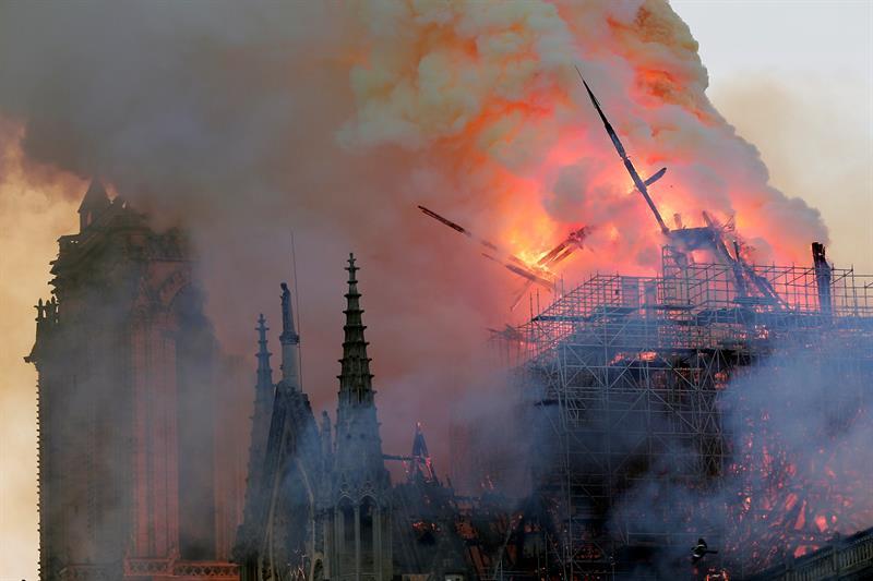 Foto Cae la aguja central de la catedral de Notre Dame tras incendio 15 abril 2019