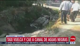 Foto: Cae taxi a canal en el Edomex