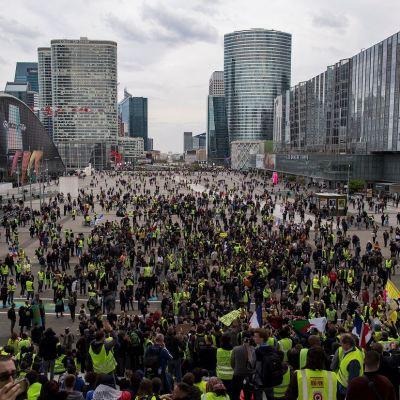 Protesta de chalecos amarillos cae a su nivel más bajo en París