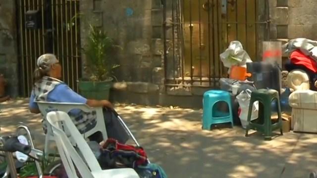 Madre e hija cumplen 90 horas atrincheradas en una vivienda de la Roma