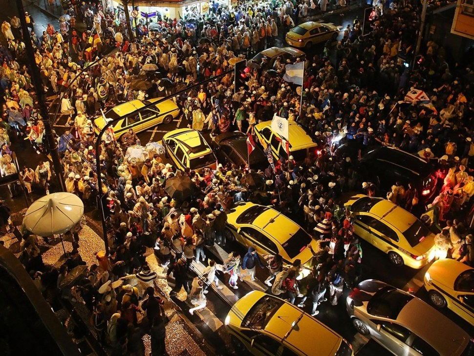 Durante las fiestas del Carnaval de Río de Janeiro es imposible conducir un automóvil entre los asistentes (GettyImages)