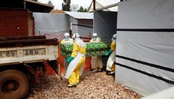 Foto: Trabajadores sanitarios llevan el ataúd de un hombre que murió en un centro de tratamiento de ébola en la ciudad de Butembo, en el este del Congo, marzo 6 de 2019 (Reuters)