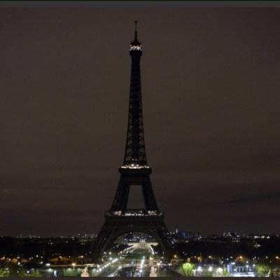 Torre Eiffel apaga sus luces para honrar a víctimas de Sri Lanka