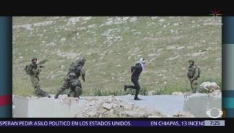 Ejército de Israel dispara contra palestino esposado