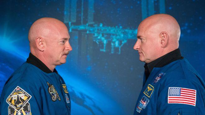 Scott Kelly (der) pasó 340 días en la Estación Espacial Internacional mientras su hermano gemelo Mark (izq) permaneció en la Tierra.