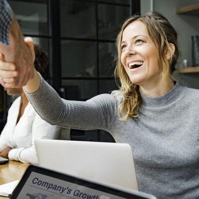 Fingir sonrisas en el trabajo puede llevarte a beber más alcohol: Estudio