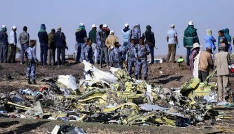 Foto: Policías custodian el lugar donde cayó el vuelo ET 302 de Ethiopian Airlines. El 11 de marzo de 2019