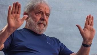 Foto: El expresidente de Brasil, Luiz Inácio Lula da Silva, saluda a seguidores afuera de la sede del Sindicato de Trabajadores de las Industrias. El 7 de abril de 2018