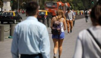 Foto: Una mujer camina por calles de Santiago de Chile, Chile.