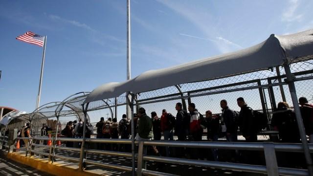 Foto: Un grupo de migrantes cubanos hacen fila para ingresar a El Paso, Texas, EEUU, para solicitar asilo. El 1 de abril de 2019