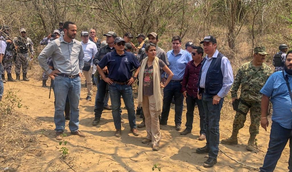 Foto: Autoridades estatales y federales recorren el predio donde localizaron una fosa clandestina en Veracruz. México. El 17 de abril de 2019