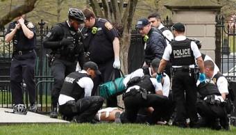 Foto: Agentes del Servicio Secreto arrestan a un hombre en los jardines de la Casa Blanca. El 12 de abril de 2019