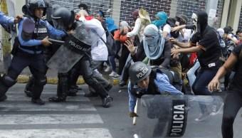 Foto: Policías se enfrentan contra manifestantes en calles de Tegucigalpa, Honduras. El 29 de abril de 2019