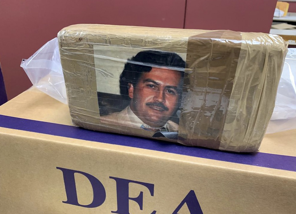 Foto: Agentes de la DEA decomisaron paquetes con droga y fotografía del narcotraficante colombiano Pablo Escobar en Nueva York, EEUU. El 1 de abril de 2019