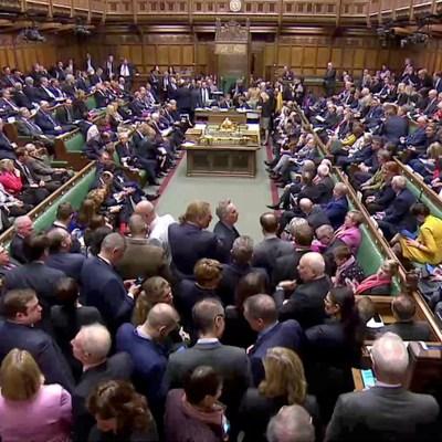 Parlamento británico aprueba ley que evita Brexit sin acuerdo