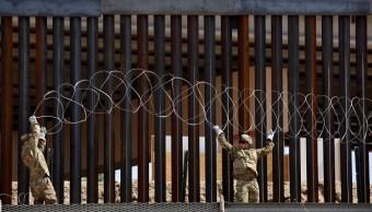Foto: Soldados estadounidenses instalan cable con púas en la cerca fronteriza en El Paso, Texas, EEUU. El 4 de abril de 2019