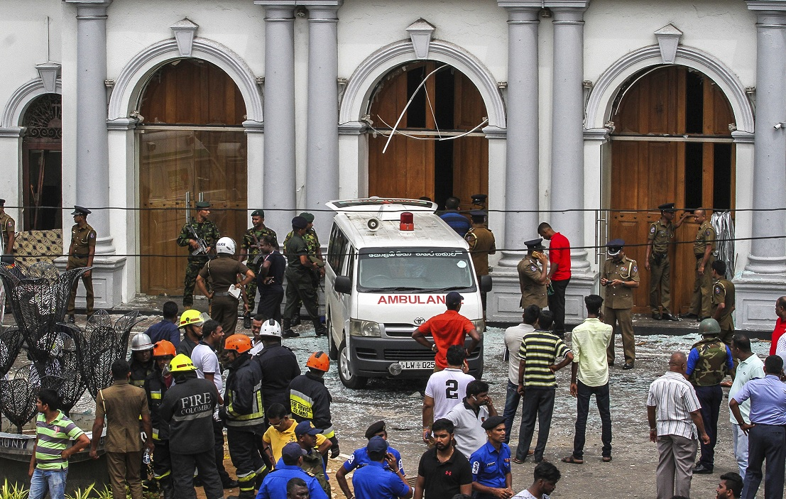 Fotos: Soldados del Ejército de Sri Lanka aseguran el área alrededor del santuario St. Anthony después de una explosión. El 21 de abril de 2019
