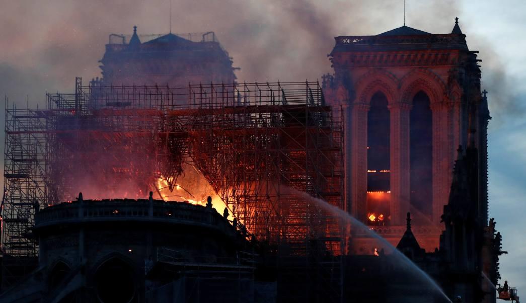 Foto: Bomberos de París combaten el incendio en la catedral de Notre Dame. El 15 de abril de 2019
