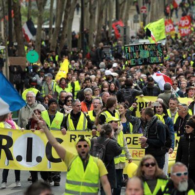 Chalecos amarillos se manifiestan en Francia desafiando a Macron y sus anuncios