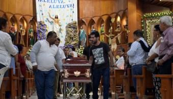 Foto: Los familiares de Juan René López Velázquez, una de las víctimas del tiroteo del viernes pasado, que dejó 13 muertos en Minatitlán, Veracruz, 21 de abril de 2019 (Reuters)