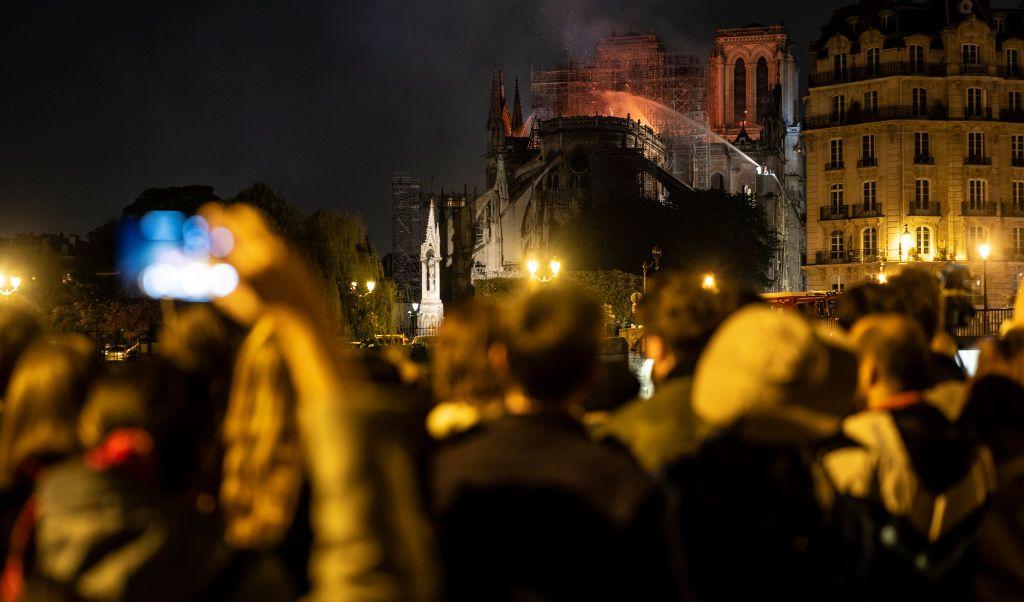 foto Video: Parisinos entonan el 'Ave María' ante catástrofe en Notre Dame 15 abril 2019