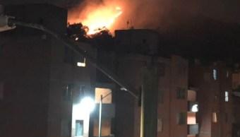 Incendio consume pastizal en Cerro de la Estrella, en Iztapalapa