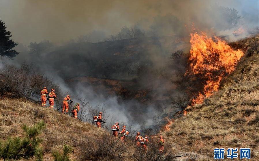 Mueren al menos 26 bomberos al intentar apagar un incendio en China