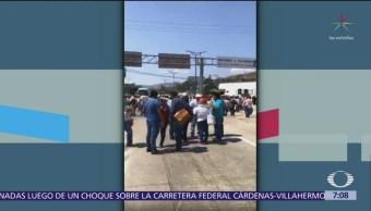 Integrantes de CNTE bloquean la Autopista del Sol